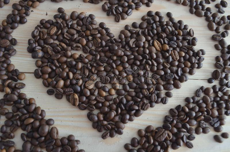 Φασόλια καφέ στο ξύλινο υπόβαθρο στοκ εικόνες