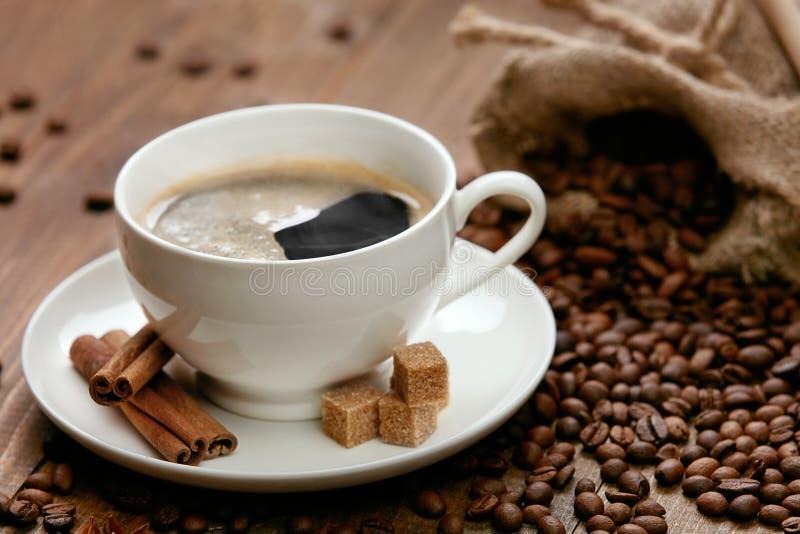 Φασόλια φλιτζανιών του καφέ και καφέ στον πίνακα στοκ εικόνα