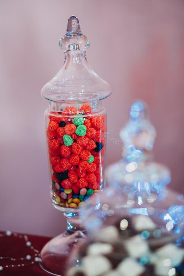 Φασόλια ζελατίνας φρούτων σμέουρων σε μια φιάλη του γυαλιού στοκ φωτογραφία με δικαίωμα ελεύθερης χρήσης