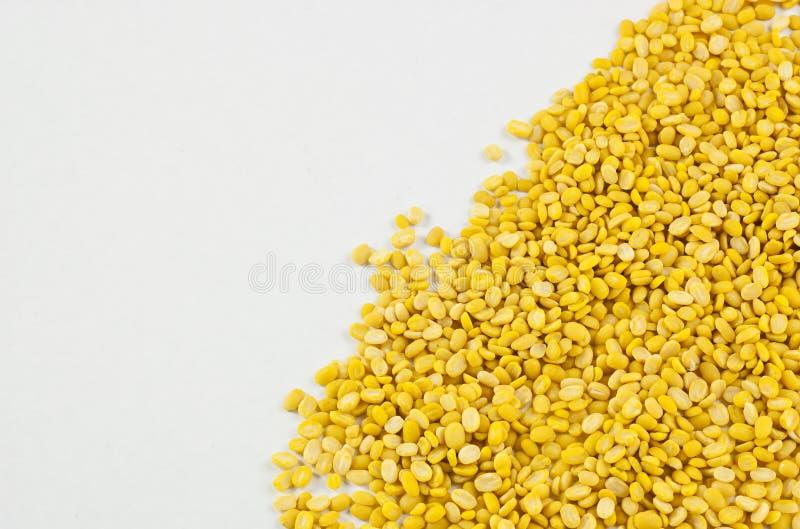 Φασόλια, κίτρινα σε ένα άσπρο υπόβαθρο και chopsticks στοκ φωτογραφία με δικαίωμα ελεύθερης χρήσης