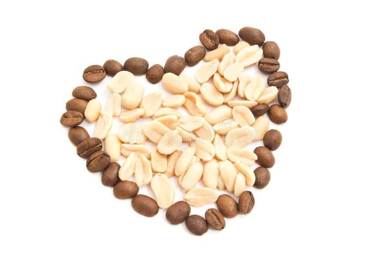 Φασόλια και φυστίκια καφέ στο λευκό στοκ φωτογραφία με δικαίωμα ελεύθερης χρήσης