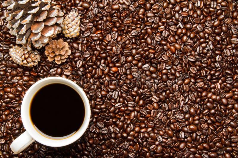 Download Φασόλια καφέ & κώνοι πεύκων διακοπών φλυτζανιών W καφέ Στοκ Εικόνες - εικόνα από scented, καφεΐνη: 62709752