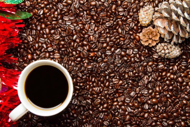 Download Φασόλια καφέ & κώνοι πεύκων συνόρων διακοπών φλυτζανιών W καφέ Στοκ Εικόνες - εικόνα από πρωί, καφές: 62709922