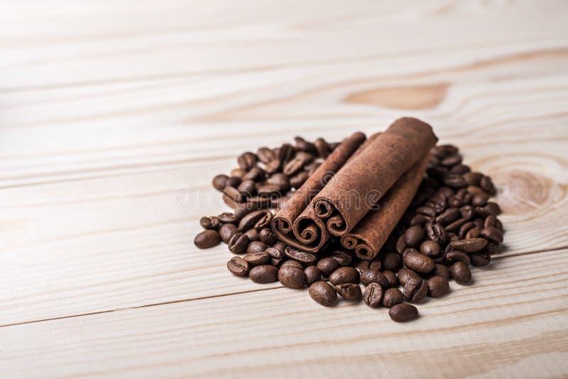 Φασόλια καφέ με τα ραβδιά κανέλας σε έναν ξύλινο πίνακα στοκ φωτογραφία με δικαίωμα ελεύθερης χρήσης