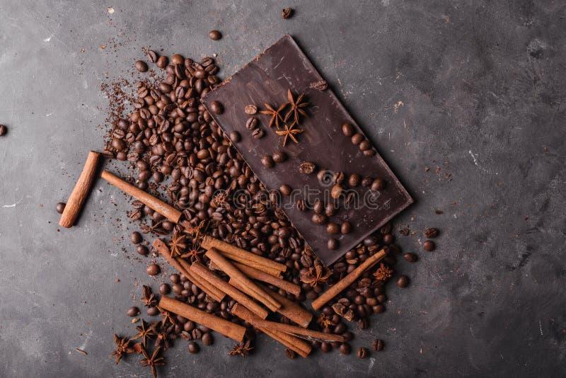 Φασόλια καφέ με τη σκοτεινή σοκολάτα σοκολάτας Σπασμένες φέτες της σοκολάτας Κομμάτια φραγμών σοκολάτας στοκ φωτογραφίες