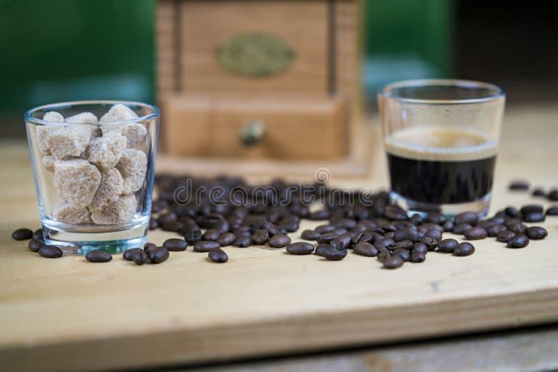 Φασόλια καφέ με τους κύβους espresso και ζάχαρης στοκ εικόνες