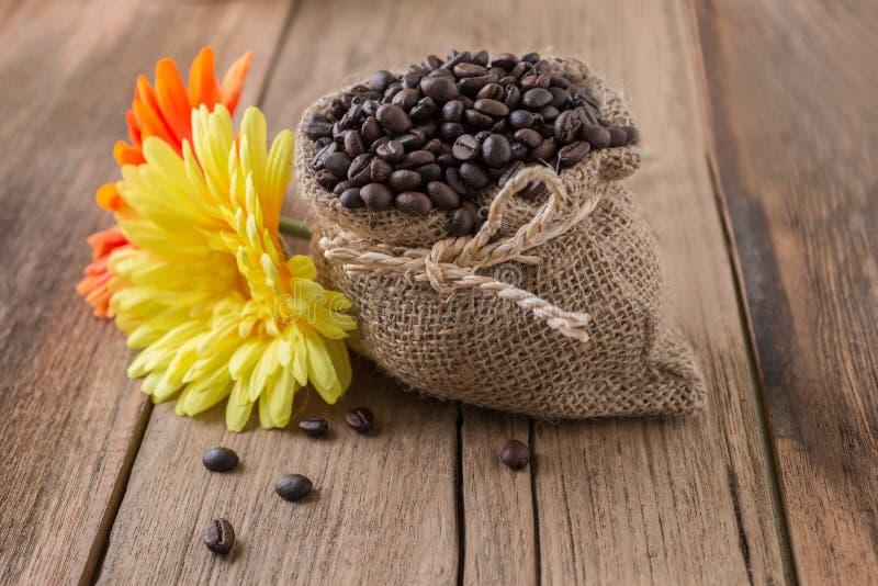 Φασόλια καφέ που ψήνονται στο σάκο γιούτας στοκ φωτογραφίες