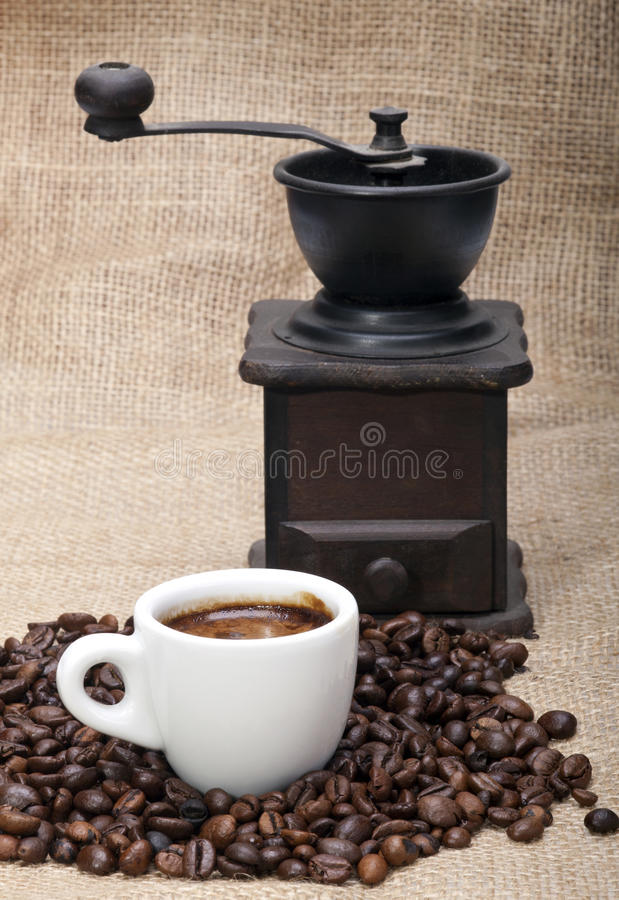 Φασόλια καφέ, φλυτζάνι και μύλος στοκ εικόνα με δικαίωμα ελεύθερης χρήσης