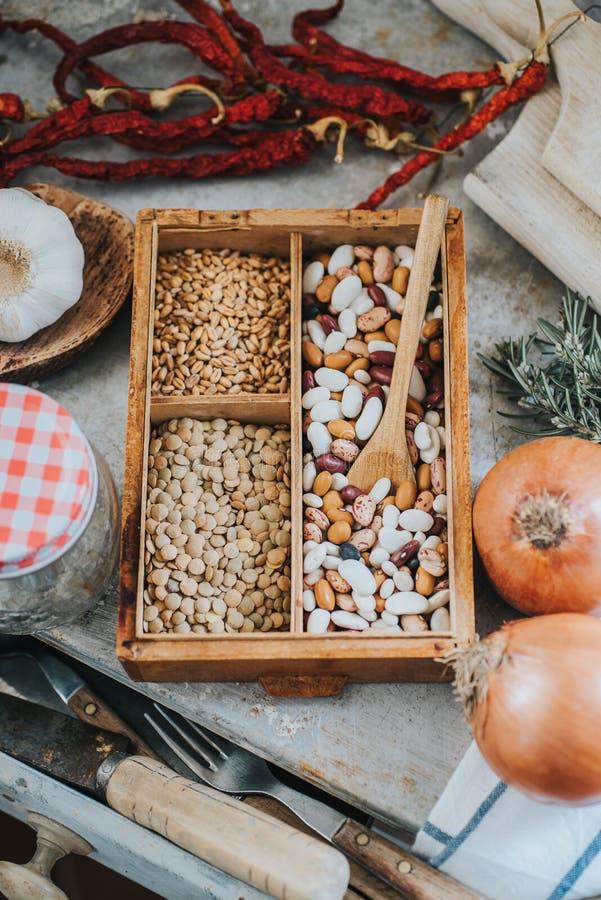 Φασόλια, σιτάρια, λαχανικά και εργαλεία κουζινών στοκ εικόνες