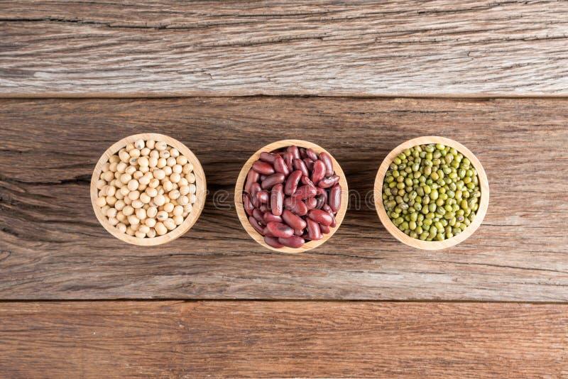 Φασόλι σόγιας, κόκκινο φασόλι, πράσινο φασόλι στο ξύλινο κύπελλο στοκ φωτογραφίες με δικαίωμα ελεύθερης χρήσης
