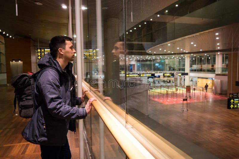 18 Φεβρουαρίου 2019 Αερολιμένας Kastrup στη Δανία, Κοπεγχάγη Μεταφορά και αρχιτεκτονική θέματος Βραδιού νύχτας κενός που εγκαταλε στοκ φωτογραφία