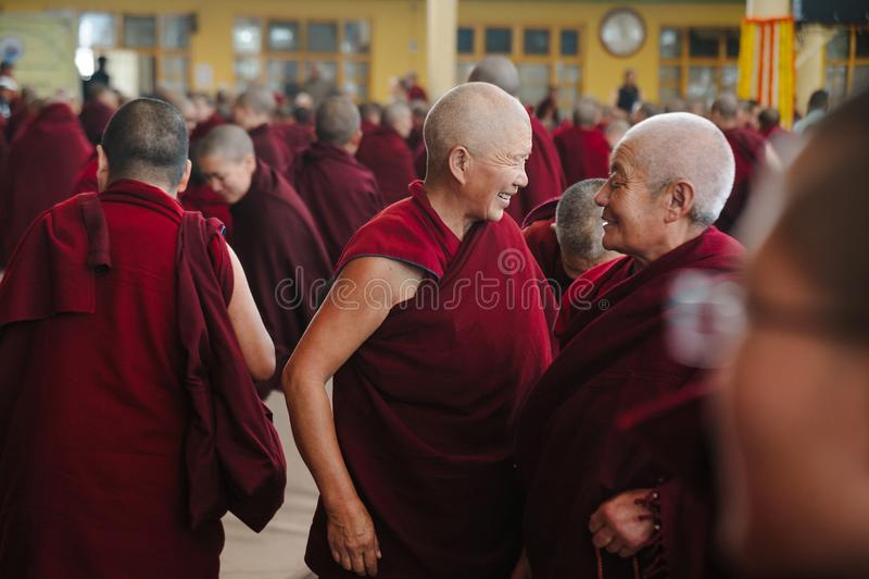 28 Φεβρουαρίου 2018 Ινδία, Dharamsala η μεγάλη ομάδα θιβετιανών βουδιστικών μοναχών είναι στην εκμάθηση της πρακτικής περισυλλογή στοκ εικόνες με δικαίωμα ελεύθερης χρήσης