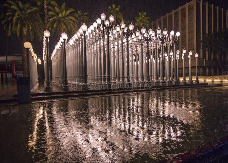 2 ΦΕΒΡΟΥΑΡΊΟΥ 2019 - ΛΟΣ ΑΝΤΖΕΛΕΣ, ασβέστιο, ΗΠΑ - αστική ελαφριά δημόσια τέχνη σε Wilshire Blvd βλέπει στη βροχή strom στο μουσε στοκ εικόνα με δικαίωμα ελεύθερης χρήσης