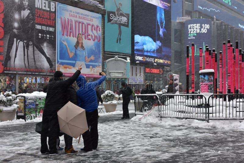 9 Φεβρουαρίου 2017 - πόλη της Νέας Υόρκης, Νέα Υόρκη: Τουρίστας που παίρνει selfie στη Times Square στην ημέρα ότι η χειμερινή θύ στοκ εικόνα με δικαίωμα ελεύθερης χρήσης