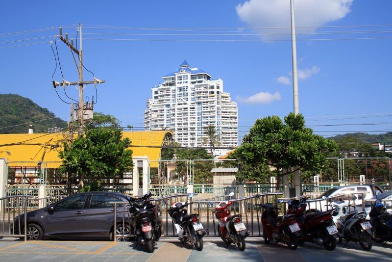 14 Φεβρουαρίου 2019, Phuket, παραλία Patong, Ταϊλάνδη Άποψη του ξενοδοχείου Patong πύργων και της οδού με τις μοτοσικλέτες και τα στοκ φωτογραφίες