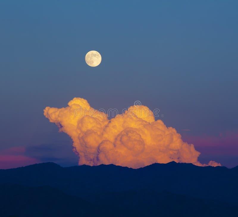 Φεγγάρι από το κόκκινο σύννεφο στοκ φωτογραφία