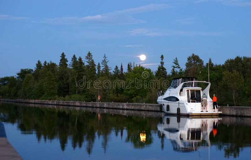 φεγγάρι Αυγούστου πέρα α στοκ φωτογραφία με δικαίωμα ελεύθερης χρήσης