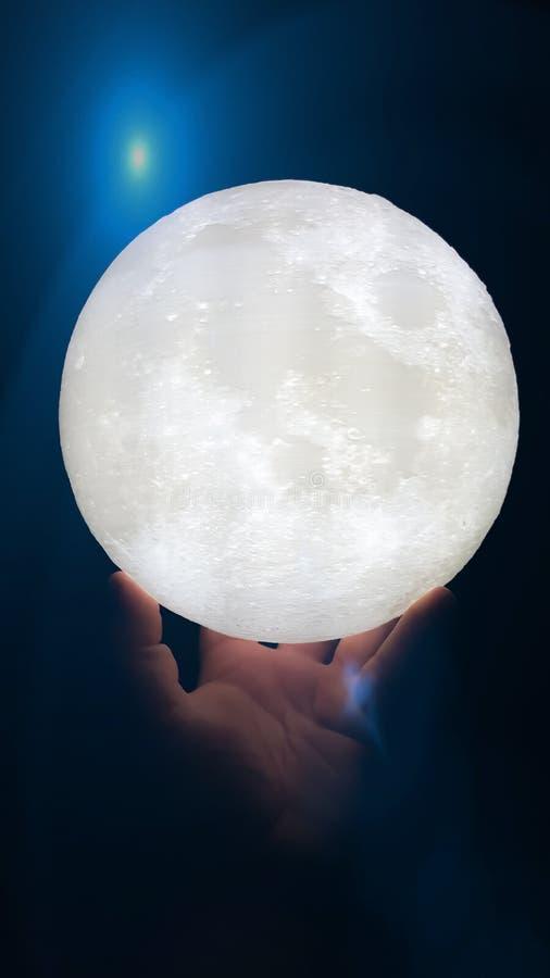 Φεγγάρι εκμετάλλευσης χεριών στοκ φωτογραφία με δικαίωμα ελεύθερης χρήσης