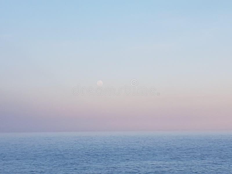 Φεγγάρι και θάλασσα στοκ φωτογραφία με δικαίωμα ελεύθερης χρήσης