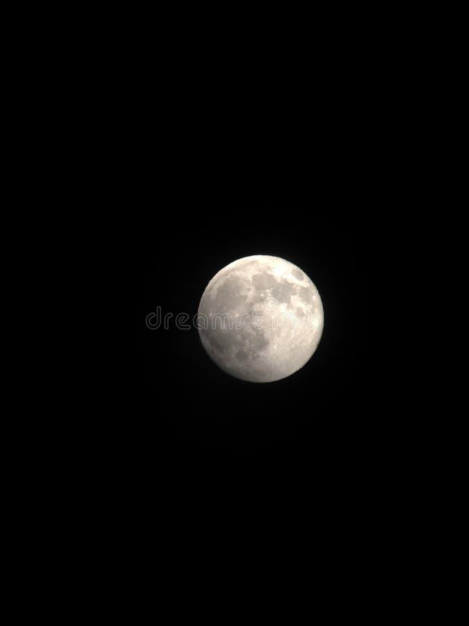 Φεγγάρι μέσω του τηλεσκοπίου στοκ φωτογραφία με δικαίωμα ελεύθερης χρήσης