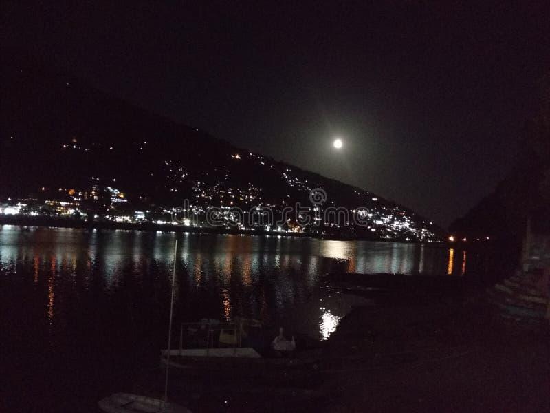 Φεγγάρι με το βουνό και το νερό στοκ φωτογραφία με δικαίωμα ελεύθερης χρήσης