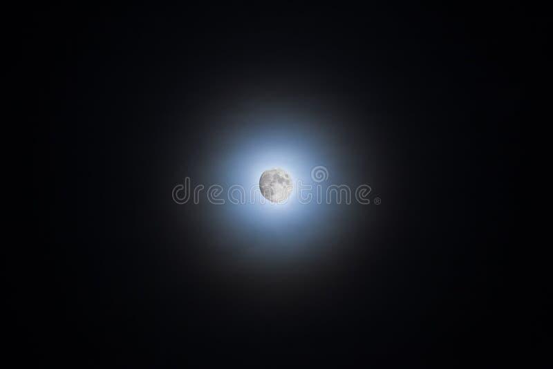 Φεγγάρι που λάμπει μέσω των σύννεφων που κάνουν έναν φωτοστέφανο στοκ εικόνες με δικαίωμα ελεύθερης χρήσης