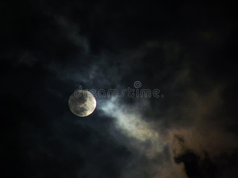 Φεγγάρι σε έναν νεφελώδη ουρανό στοκ φωτογραφία με δικαίωμα ελεύθερης χρήσης