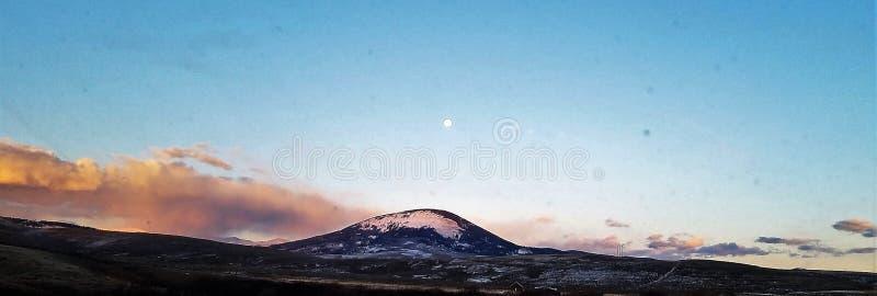 Φεγγάρι στα δύσκολα βουνά στοκ φωτογραφίες με δικαίωμα ελεύθερης χρήσης