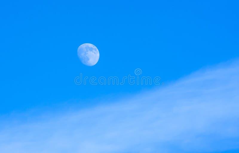 Φεγγάρι στην ημέρα με το μπλε ουρανό στοκ εικόνα