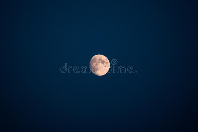 Φεγγάρι στην καθαρή σκούρο μπλε φωτογραφία astro ουρανού δορυφορική στοκ φωτογραφία με δικαίωμα ελεύθερης χρήσης