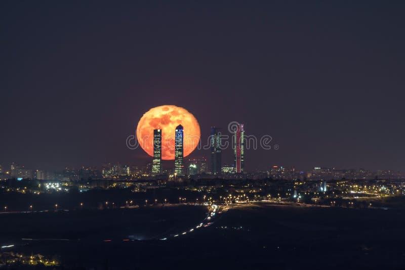 Φεγγάρι στην πόλη στοκ φωτογραφίες με δικαίωμα ελεύθερης χρήσης