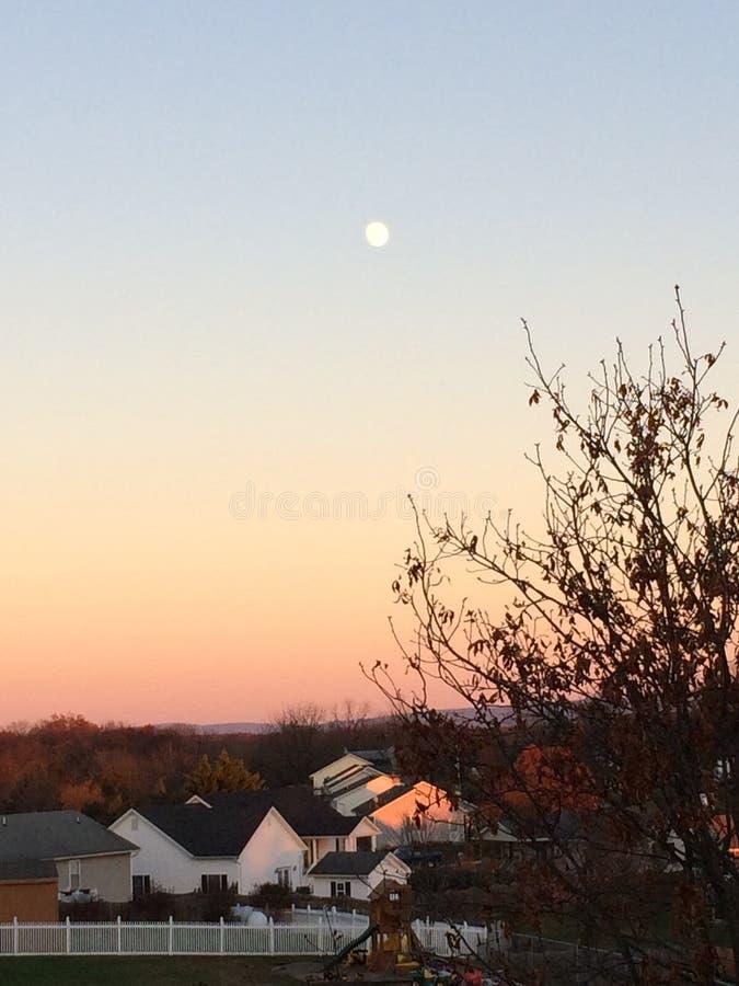 Φεγγάρι στο ηλιοβασίλεμα στοκ φωτογραφίες