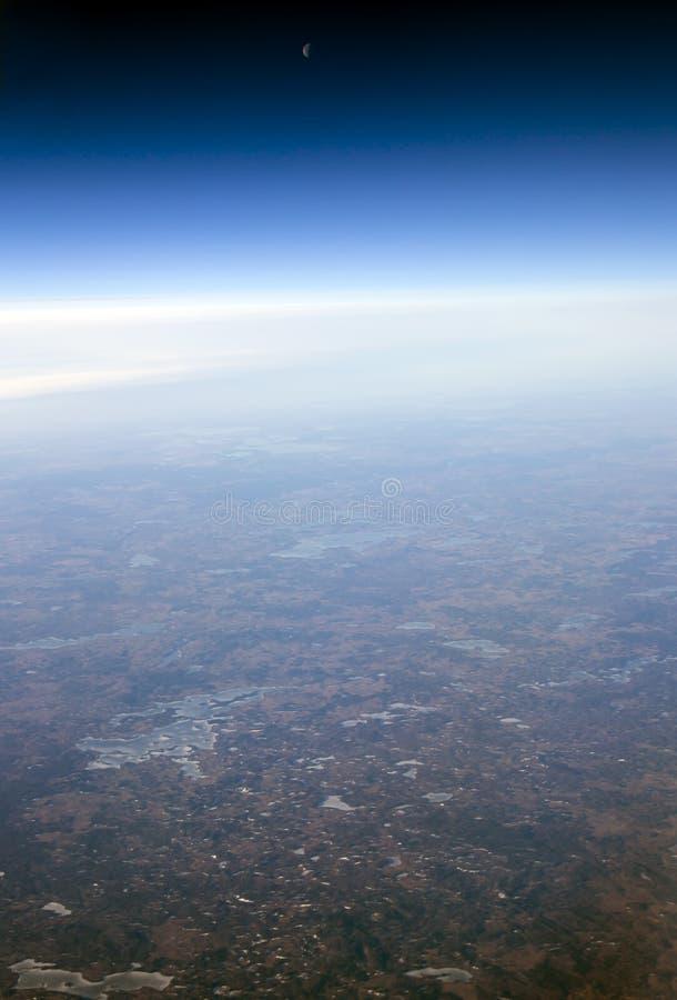 Φεγγάρι στο διαφανή ουρανό πέρα από τα σύννεφα στοκ εικόνα με δικαίωμα ελεύθερης χρήσης