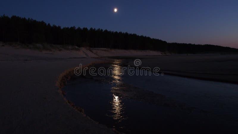 Φεγγάρι στο μπλε ουρανό νύχτας στοκ εικόνες με δικαίωμα ελεύθερης χρήσης