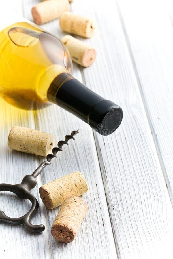 Φελλός, ανοιχτήρι και μπουκάλι κρασιού του άσπρου κρασιού στοκ εικόνες
