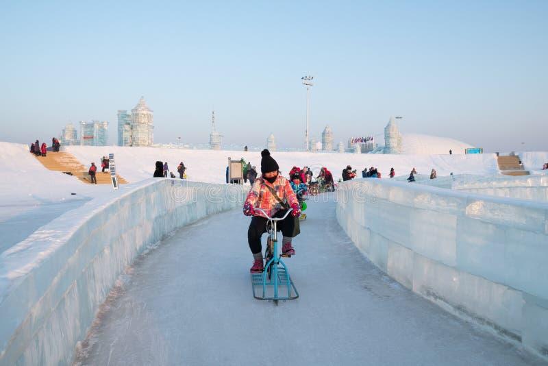 Φεστιβάλ 2018 πάγου του Χάρμπιν - που οδηγά τα κτήρια πάγου και χιονιού ποδηλάτων πάγου, διασκέδαση, νύχτα, ταξίδι Κίνα στοκ φωτογραφία με δικαίωμα ελεύθερης χρήσης