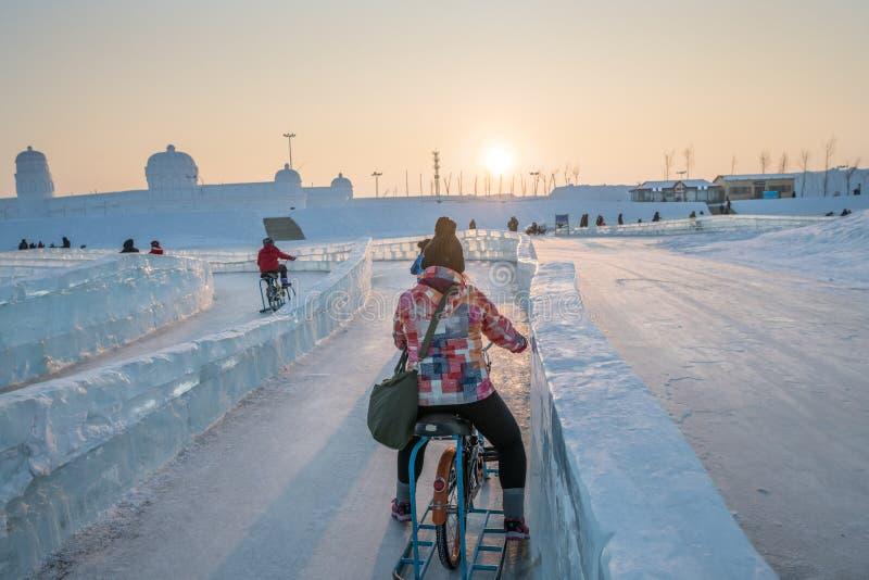 Φεστιβάλ 2018 πάγου του Χάρμπιν - που οδηγά τα κτήρια πάγου και χιονιού ποδηλάτων πάγου, διασκέδαση, νύχτα, ταξίδι Κίνα στοκ εικόνα με δικαίωμα ελεύθερης χρήσης