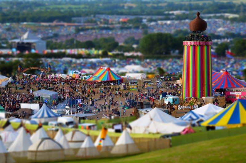 Φεστιβάλ Glastonbury UK 06 27 2015 Η επίδραση θαμπάδων μετατόπισης κλίσης στο φεστιβάλ Glastonbury εξετάζει πέρα από τον πύργο κο στοκ εικόνα