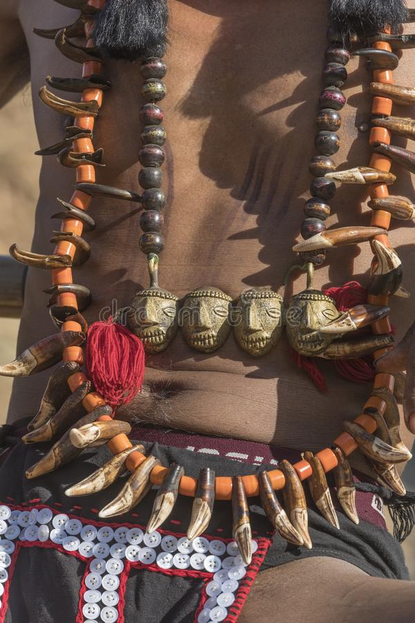 Φεστιβάλ Hornbill Nagaland, Ινδία: Την 1η Δεκεμβρίου 2013: Εμπορεύματα κοσμημάτων και accecceries από τους πολεμιστές Naga στο φε στοκ εικόνες