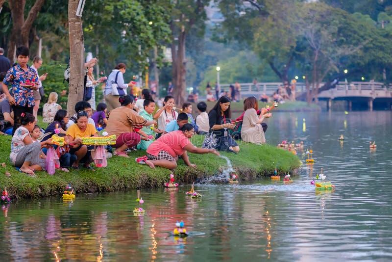 Φεστιβάλ Kratong Loy που γιορτάζεται κατά τη διάρκεια της πανσελήνου του 12ου στοκ φωτογραφία με δικαίωμα ελεύθερης χρήσης