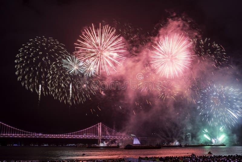 Φεστιβάλ 2016 πυροτεχνημάτων Busan - πυροτεχνουργία νύχτας στοκ εικόνες