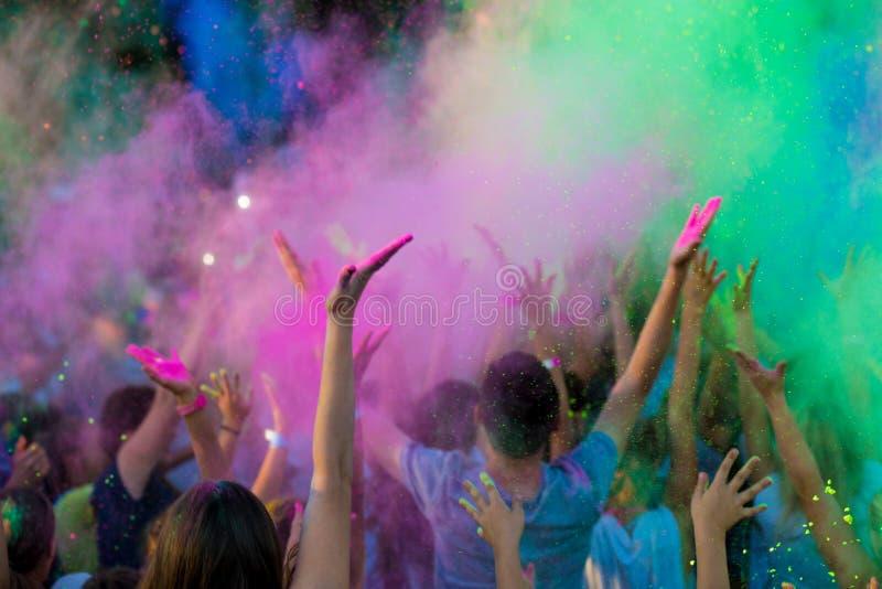 Φεστιβάλ Holi χρώματος Εορτασμός Holi Σύννεφα του ζωηρόχρωμου χρώματος στον αέρα στοκ φωτογραφία με δικαίωμα ελεύθερης χρήσης