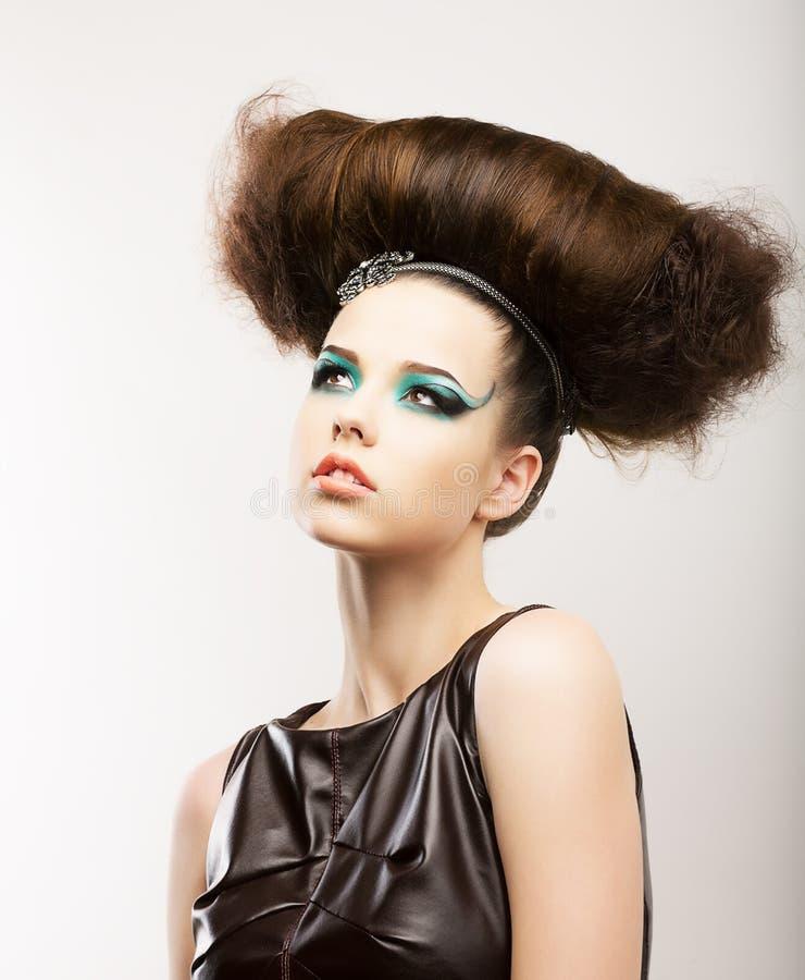 Φετίχ. Καλλιτεχνικό εκφραστικό Brunette με σγοuρό Hairstyle. Δημιουργικός προσδιορισμός στοκ εικόνα