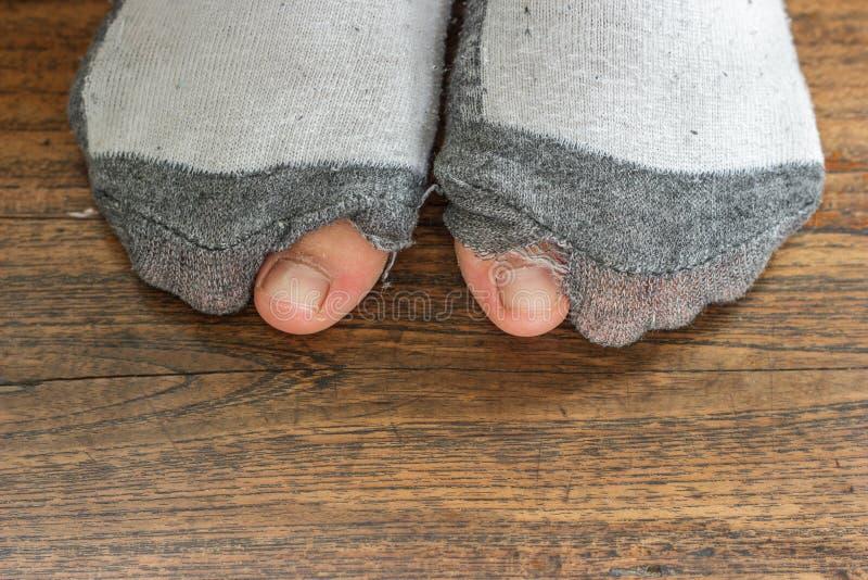 Φθαρμένες κάλτσες με μια τρύπα και τα toe. στοκ φωτογραφία με δικαίωμα ελεύθερης χρήσης