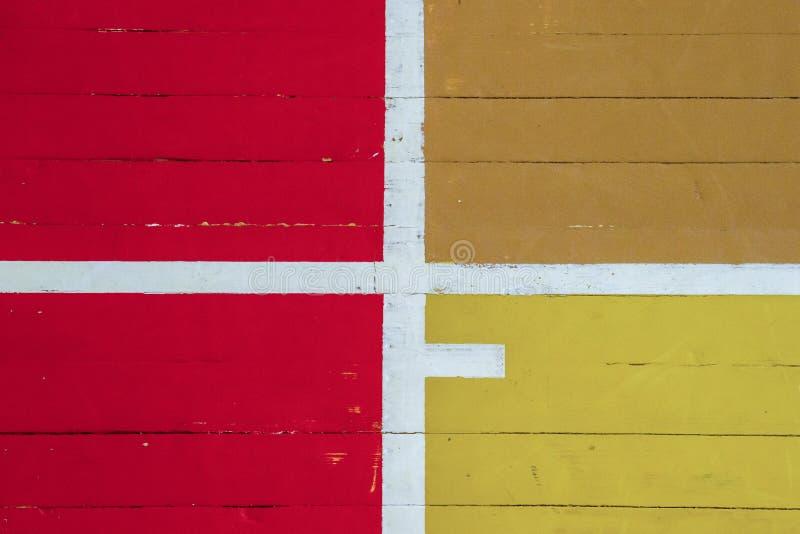 Φθαρμένο ξύλινο πάτωμα της αθλητικής αίθουσας με τις ζωηρόχρωμες γραμμές χαρακτηρισμού στοκ φωτογραφίες