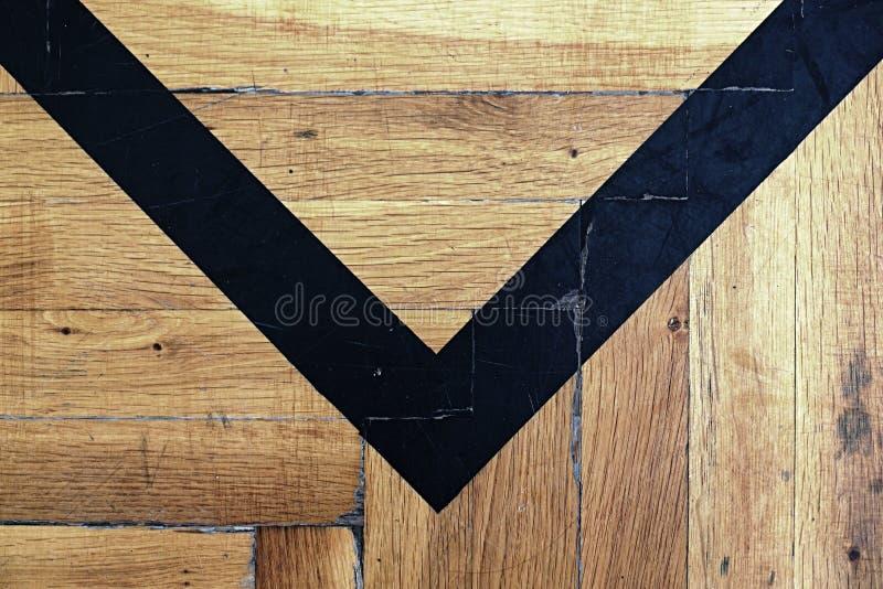 Φθαρμένο ξύλινο πάτωμα της αθλητικής αίθουσας με τις ζωηρόχρωμες γραμμές χαρακτηρισμού στοκ εικόνες