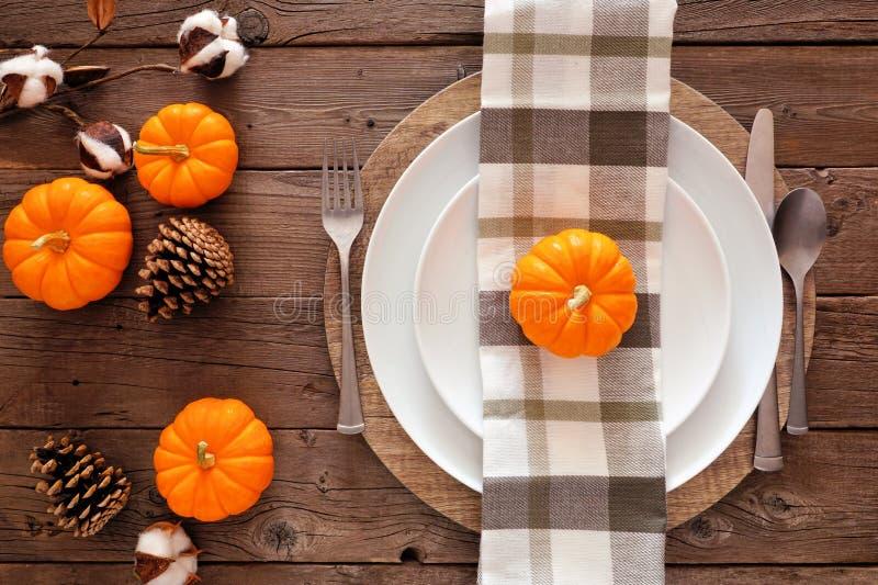 Φθινοπωρινή συγκομιδή ή τραπέζι των Ευχαριστιών, κορυφαία θέα σε ένα ξύλινο φόντο στοκ εικόνα