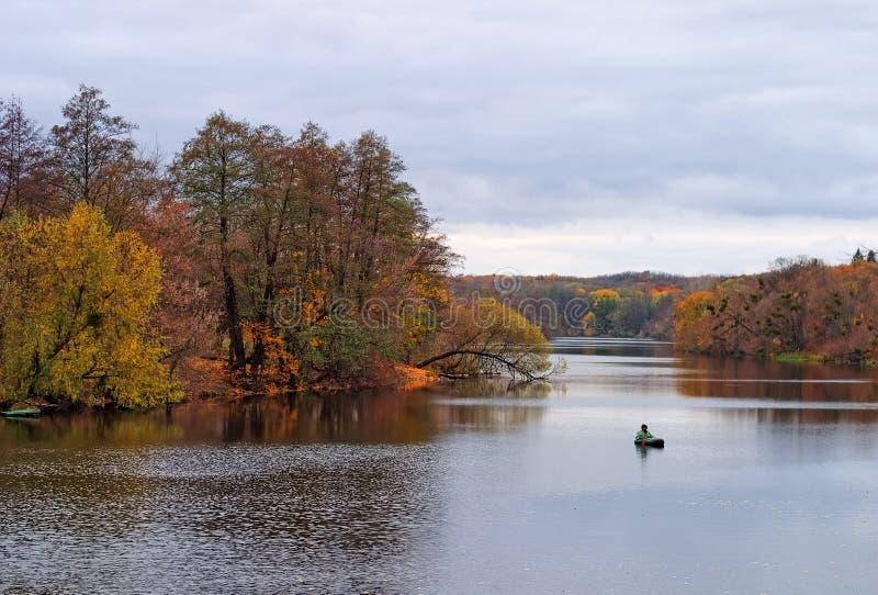 φθινοπωρινός ποταμός τοπί&omeg στοκ εικόνες