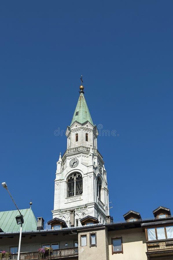 Φθινοπωρινό corso Ιταλία, η εκκλησία ή η συναγωγή στο πόλης κέντρο Cortina δ ` Ampezzo, δολομίτης, Άλπεις, Βένετο στοκ εικόνες