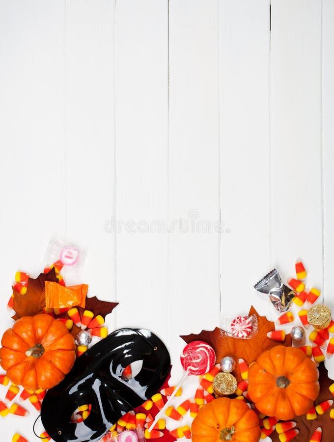 Φθινόπωρο: Μάσκα αποκριών και υπόβαθρο καραμελών στοκ εικόνα με δικαίωμα ελεύθερης χρήσης